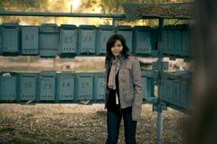 La fille à la boîte aux lettres Photographie stock