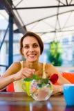 La fille à la table dans le café Photo stock