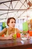 La fille à la table dans le café Photographie stock libre de droits