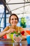 La fille à la table dans le café Images libres de droits