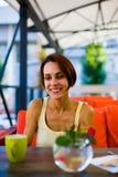 La fille à la table dans le café Photo libre de droits