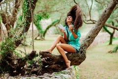 La fille écoutant la musique et chantent émotif et la commande sur le smartpho Images stock