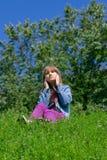 La fille écoute la musique Photo stock