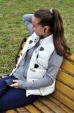 La fille écoute la musique en parc Photographie stock libre de droits