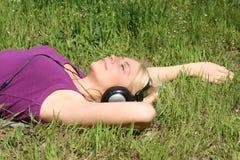 La fille écoutent la musique Image libre de droits