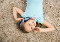 La fille écoutent musique Image stock