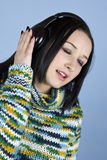 La fille écoutent musique dans les écouteurs et le chant Photographie stock libre de droits