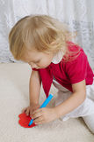 La fille écrit des lettres d'amour sur la valentine Photos libres de droits
