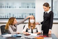 La fille été fatigué dans le bureau et ses amis sympathisent Photographie stock