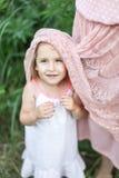 La fille étreint la mère, photosession de famille en fleurs Photographie stock