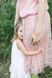 La fille étreint la mère, photosession de famille en fleurs Photos stock