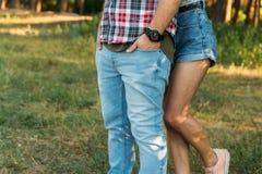 la fille étreint le type par derrière ressentiment, querelle demandez la rémission image stock