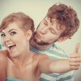 La fille affectueuse de couples tient le pouce vers le haut du geste Photographie stock libre de droits
