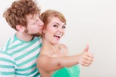 La fille affectueuse de couples tient le pouce vers le haut du geste Photo stock