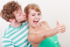 La fille affectueuse de couples tient le pouce vers le haut du geste Photos libres de droits