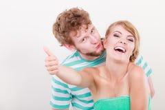 La fille affectueuse de couples tient le pouce vers le haut du geste Images stock