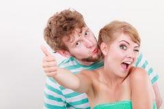 La fille affectueuse de couples tient le pouce vers le haut du geste Photos stock
