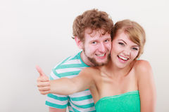 La fille affectueuse de couples tient le pouce vers le haut du geste Image stock