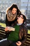 La fille affectueuse a un cadeau de Valentine Day pour son ami Photo stock