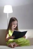 La fille a affiché le livre Photographie stock