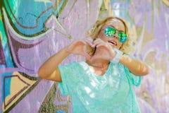 La fille affiche le coeur Photographie stock libre de droits