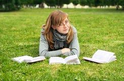 La fille affiche le livre images stock