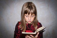 La fille affiche le livre Image libre de droits