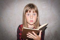La fille affiche le livre Images libres de droits