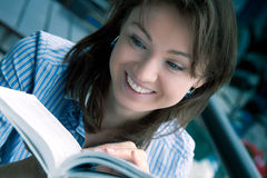 La fille affiche le livre intéressant Images stock