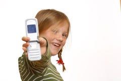 La fille affiche son téléphone portable images stock