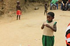 La fille africaine ouvre la sucrerie. Image libre de droits