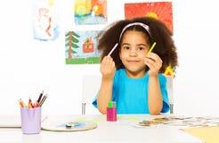 La fille africaine tient des tiges de cuisenaire apprennent à compter Images stock
