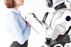 La fille agréable se tient avec l'androïde Image libre de droits