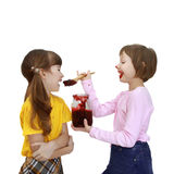 La fille alimente l'amie de la confiture Image libre de droits