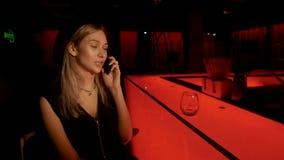 La fille appelle dans le bar banque de vidéos