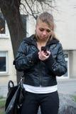 La fille appelle par un mobile dans une ville Photographie stock