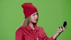 La fille applique le maquillage avec une brosse Écran vert clips vidéos