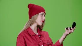 La fille applique le maquillage avec une brosse Écran vert Mouvement lent clips vidéos