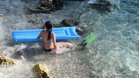La fille apprécie des vagues de mer banque de vidéos