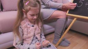 La fille apprend à compter près du tableau noir clips vidéos