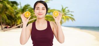 La fille asiatique avec la belle peau claire tient des fruits sur la plage avec le fond de mer - concept de sant? et de perte de  images libres de droits