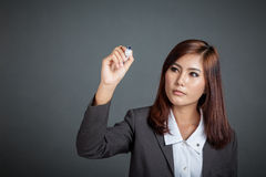 La fille asiatique d'affaires écrivent dans le ciel Image libre de droits
