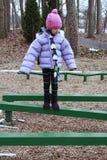 La fille asiatique a empaqueté pour la marche à froid sur le faisceau Image libre de droits
