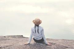 La fille asiatique heureuse à l'arrière-plan de nature, détendent le temps en vacances Photos stock