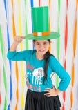 Fille Asiatique-Thaïlandaise avec le grand chapeau vert le jour de St Patrick Photo libre de droits