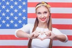 La fille assez américaine exprime des émotions positives Photos stock