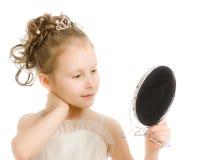 La fille regarde dans un petit miroir photo stock image for Regarde toi dans un miroir