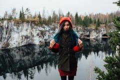 La fille assez gentille apprécient la belle vue de lac du hilltopl et le temps beau en Carélie Autour des roches Images stock