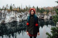 La fille assez gentille apprécient la belle vue de lac du hilltopl et le temps beau en Carélie Autour des roches Photographie stock libre de droits