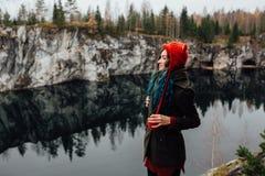 La fille assez gentille apprécient la belle vue de lac du hilltopl et le temps beau en Carélie Autour des roches Photo stock